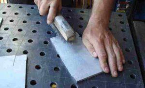 Приготовление перед началом сваркой, поверхность зачищается до блеска